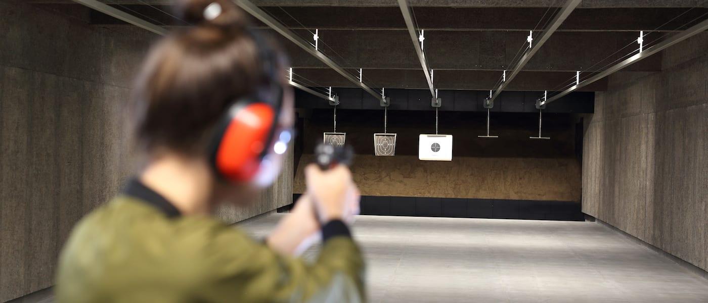 Strzelanie na strzelnicy krytej